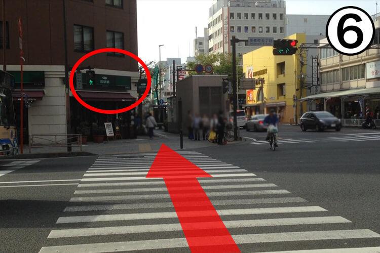 大きい交差点がありますので、<br>渡って珈琲館の横をまっすぐ進んでください。